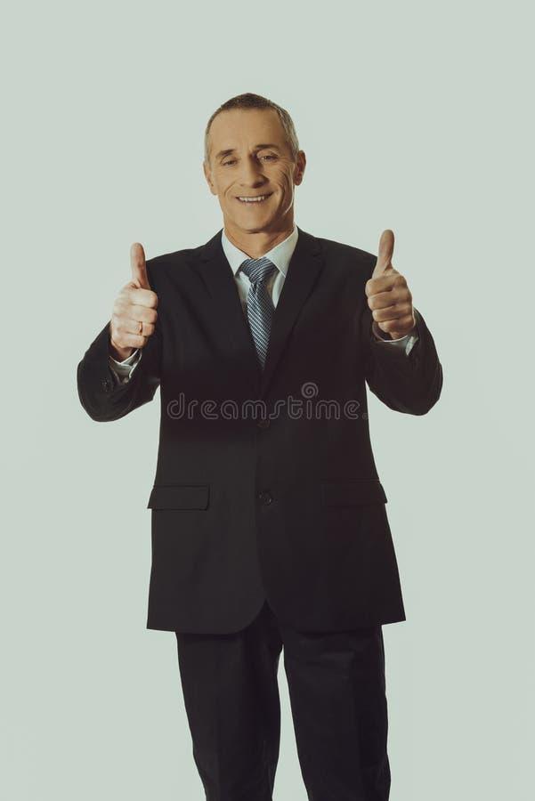 Homme d'affaires mûr faisant des gestes le signe correct photographie stock libre de droits