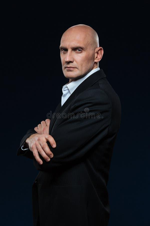Homme d'affaires mûr se tenant avec des bras pliés photographie stock