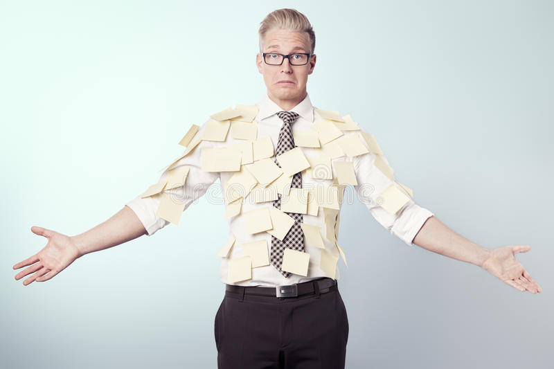 Homme d'affaires malheureux couvert par les collants jaunes blanc. photos libres de droits