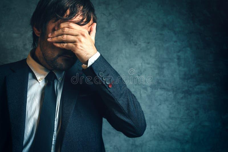 Homme d'affaires malheureux sous l'effort après échec de projet d'affaires photo stock