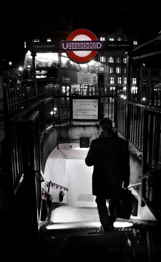 Homme d'affaires marchant à la station de métro à Londres photos libres de droits