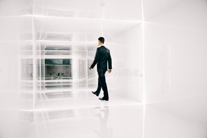 Homme d'affaires marchant au bureau illustration stock