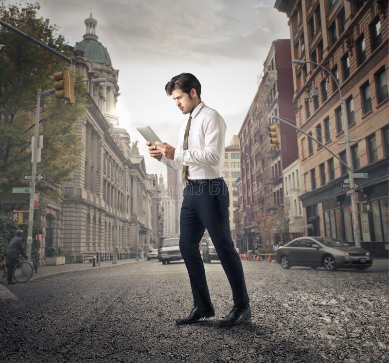 Homme d'affaires marchant autour de la ville photo stock
