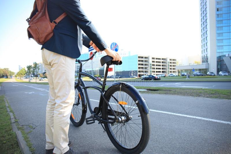 Homme d'affaires marchant avec le vélo dans la rue après travail images libres de droits
