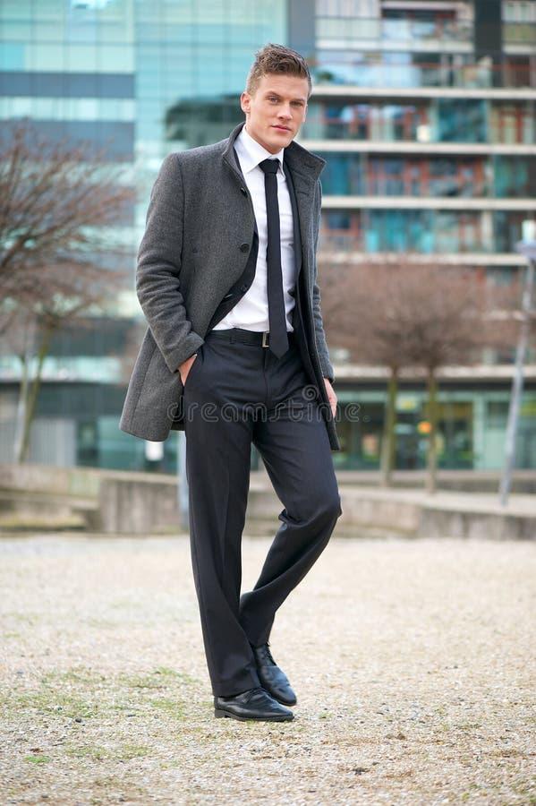 Homme d'affaires marchant dans la ville image stock