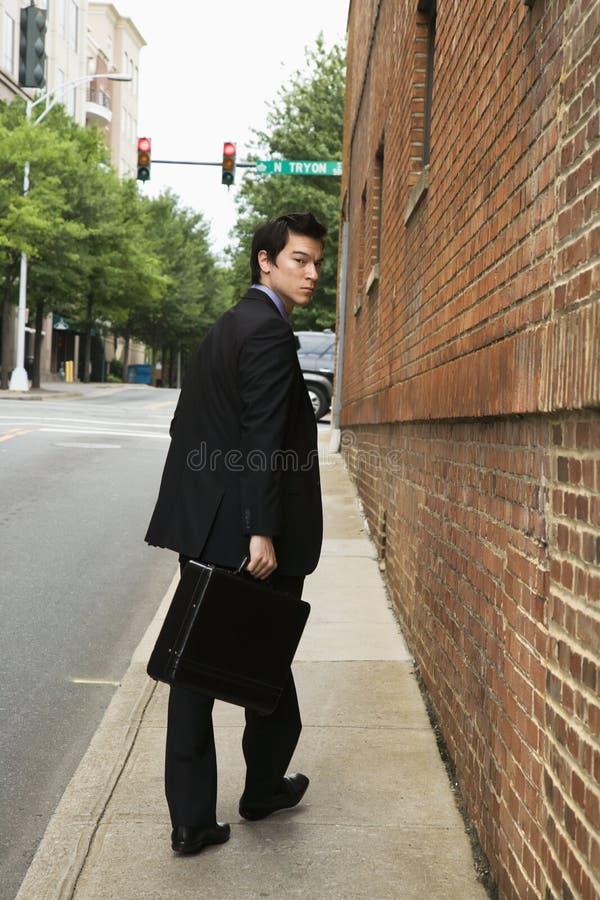 Homme d'affaires marchant dans la ville. images stock