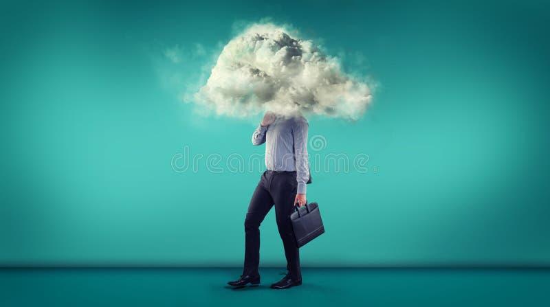 Homme d'affaires marchant dans une salle bleue avec un nuage couvrant son hea image libre de droits