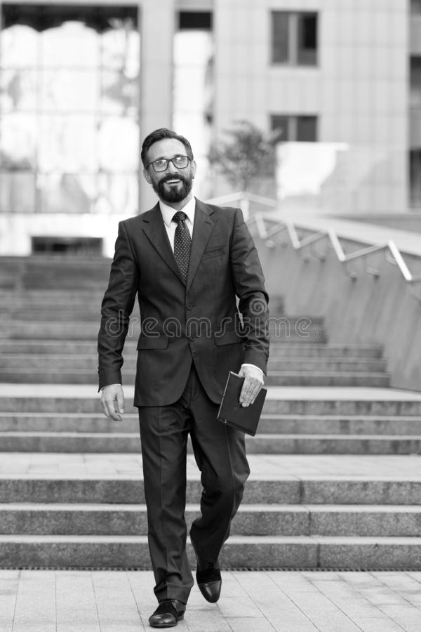 Homme d'affaires marchant en bas au centre de bureau avec le comprimé dans la main Homme d'affaires réussi heureux avec l'affaire photo libre de droits
