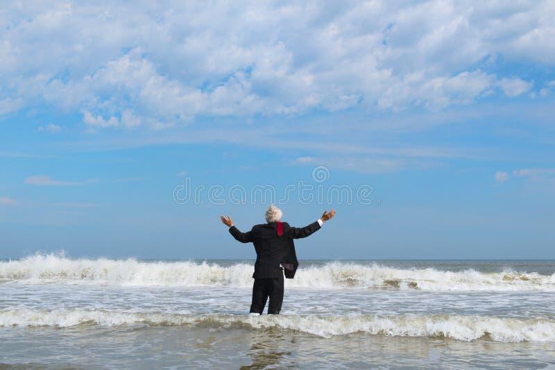 Homme d'affaires marchant en mer  photos stock