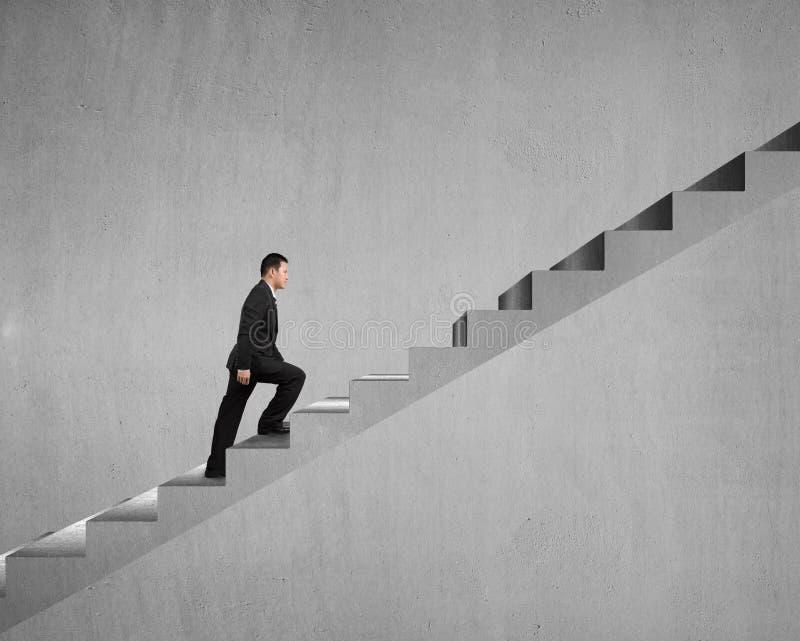 Homme d'affaires marchant sur des escaliers photos libres de droits