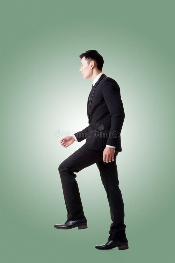 Homme d'affaires marchant sur des escaliers photo stock