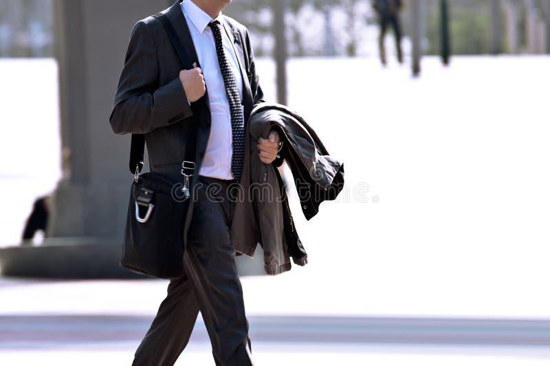 Homme d'affaires marchant sur la rue. images stock
