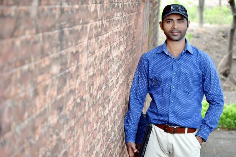 Homme d'affaires masculin indien avec la photographie extérieure d'ordinateur portable image libre de droits