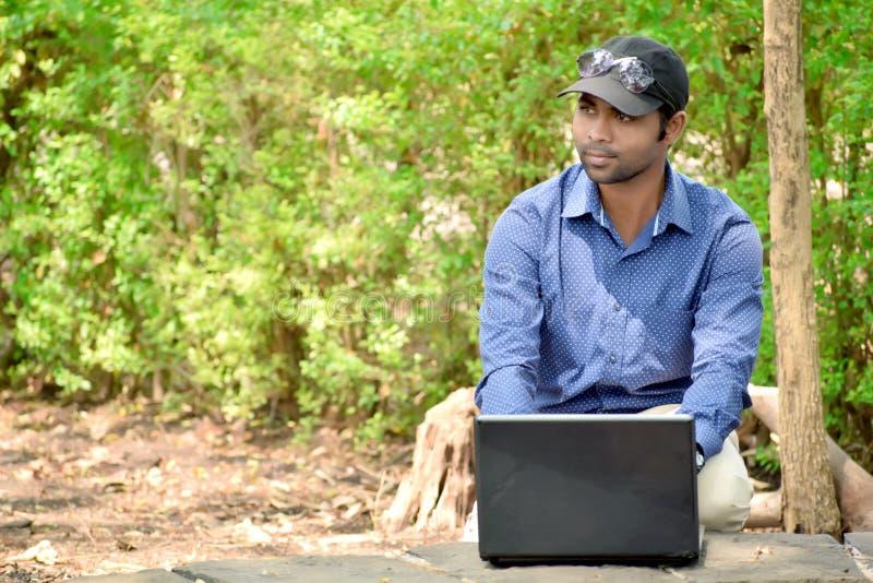 Homme d'affaires masculin indien avec la photographie extérieure d'ordinateur portable photographie stock libre de droits