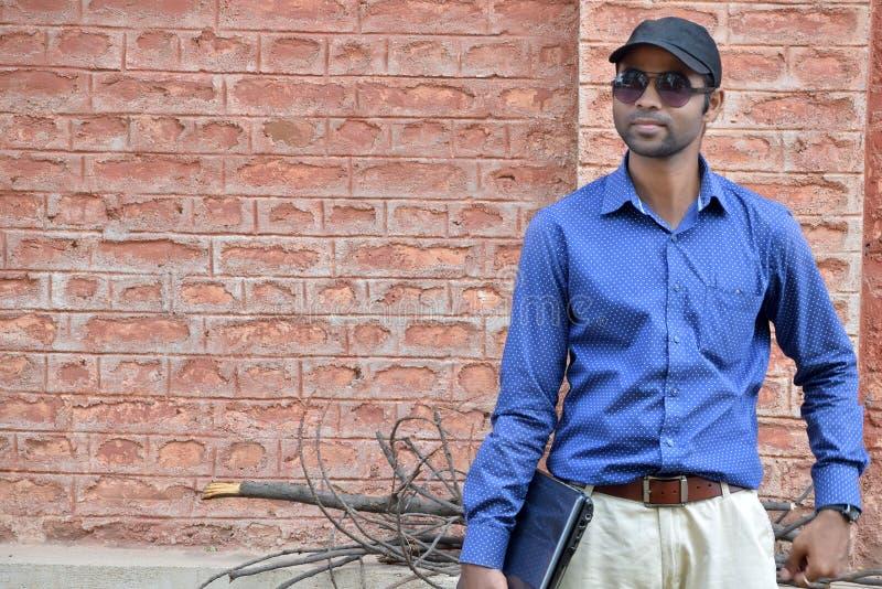 Homme d'affaires masculin indien avec la photographie extérieure d'ordinateur portable photos stock