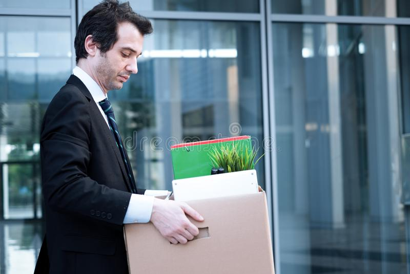Homme d'affaires mis le feu emportant ses affaires dans Wall Street photos libres de droits