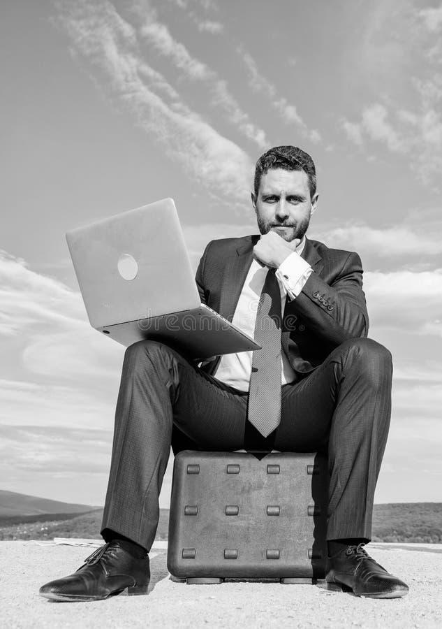 Homme d'affaires moderne d'attribut indispensable d'ordinateur portable Travail moderne d'occasion d'appareil mobile de technolog photographie stock