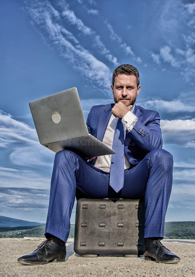 Homme d'affaires moderne d'attribut indispensable d'ordinateur portable Travail moderne d'occasion d'appareil mobile de technolog photos stock