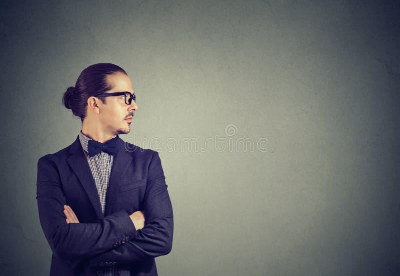 Homme d'affaires moderne avec le regard croisé par mains loin image libre de droits