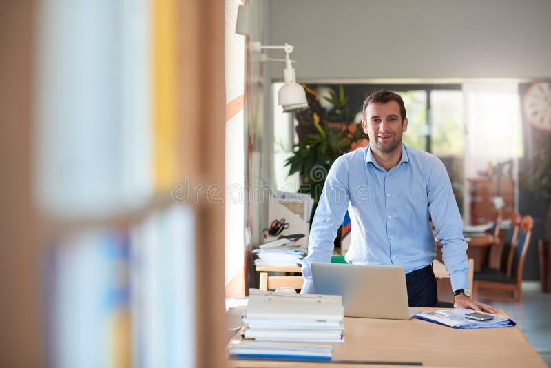 Homme d'affaires moderne travaillant sur un ordinateur portable dans un bureau photos stock