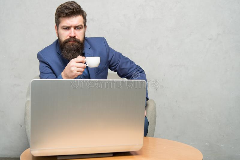 Homme d'affaires moderne Homme d'affaires Work Laptop Email de r?ponse d'affaires Internet surfant Chef de projet Digitals photographie stock libre de droits
