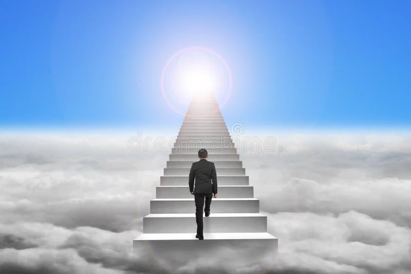 homme d 39 affaires montant les escaliers concrets avec la lumi re du soleil de ciel bleu image. Black Bedroom Furniture Sets. Home Design Ideas