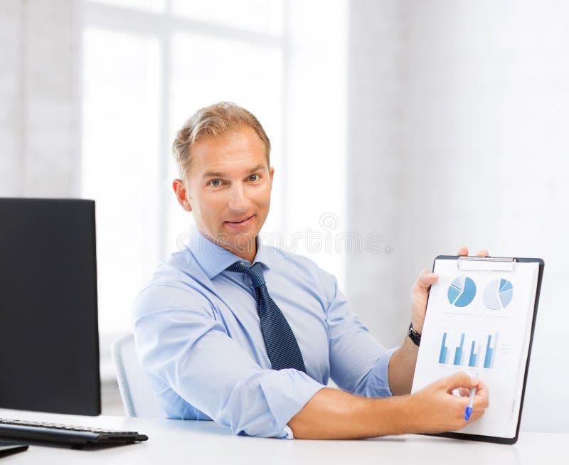 Homme d'affaires montrant des graphiques et des diagrammes image stock