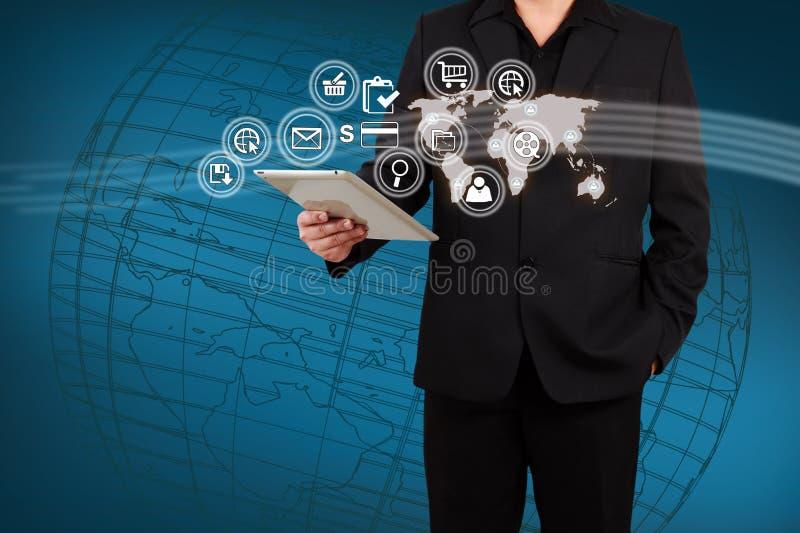 Homme d'affaires montrant l'application de carte et d'icône sur l'écran virtuel photo stock