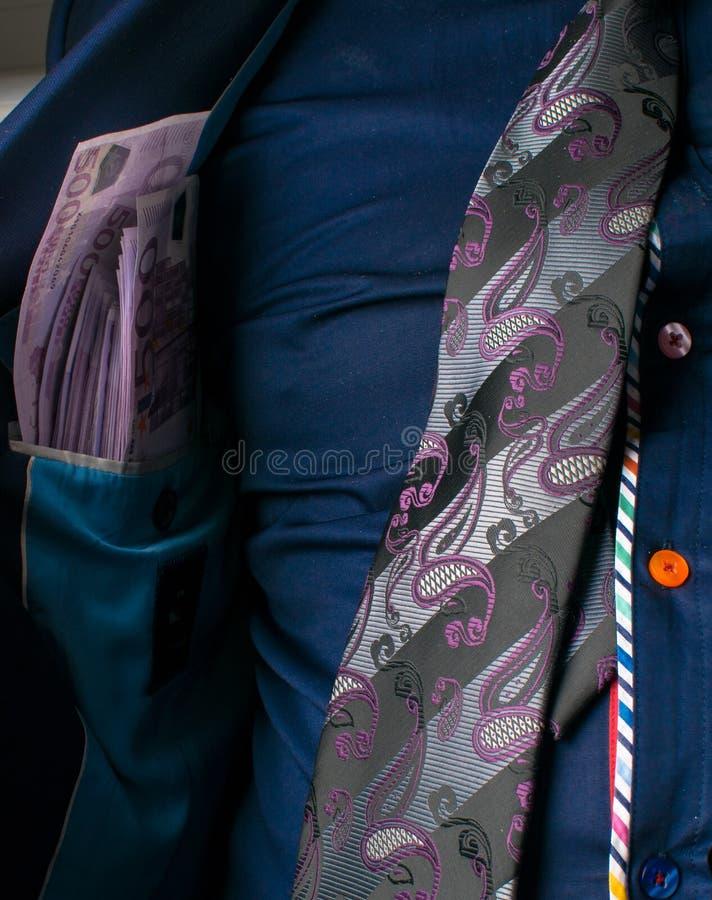 Homme d'affaires montrant l'argent et le pistolet dans la poche intérieure de son costume Concept d'homme d'affaires corrompu photographie stock