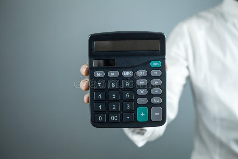 Homme d'affaires montrant la calculatrice Concept d'affaires photographie stock libre de droits