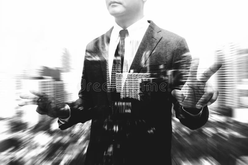 Homme d'affaires montrant le composé de main et de doigt avec le bâtiment de tache floue photo libre de droits