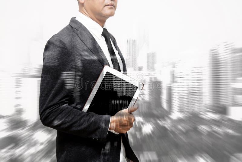 Homme d'affaires montrant le composé de main et de doigt avec le buildin de tache floue photographie stock