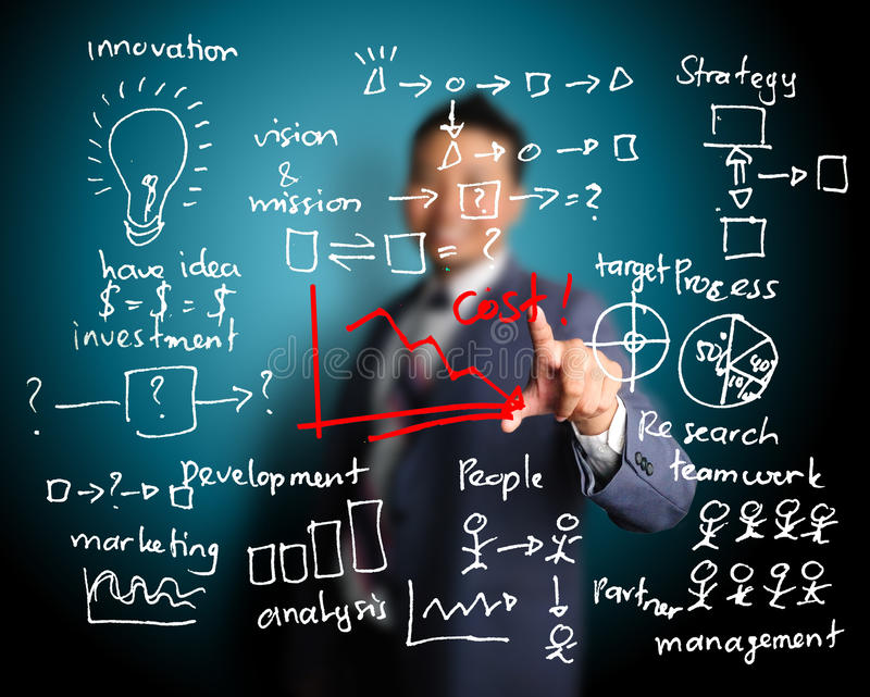 Homme d'affaires montrant le graphique de la réduction des coûts photographie stock
