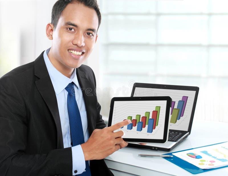 Homme d'affaires montrant le PC de comprimé image stock