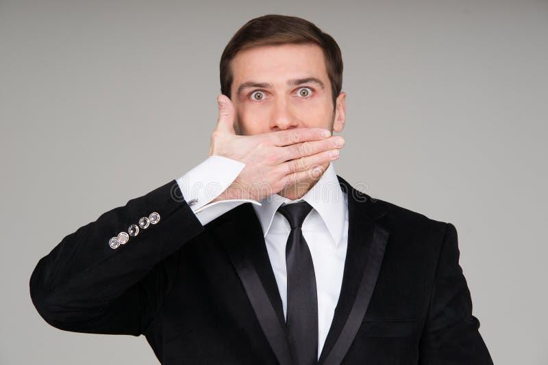Homme d'affaires n'effectuant au parler aucun geste mauvais photographie stock