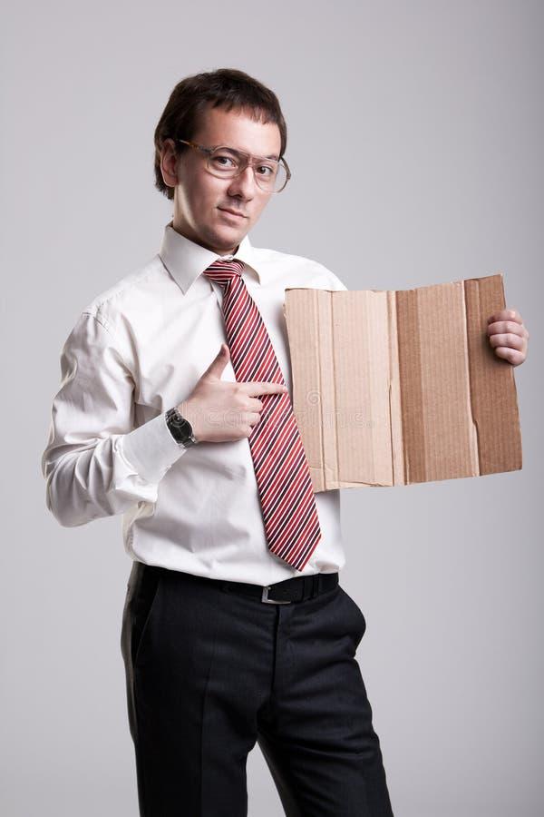 Homme d'affaires Nerdy retenant un carton photo libre de droits