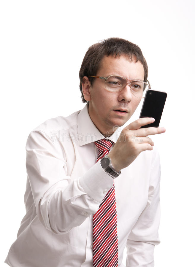 Homme d'affaires Nerdy retenant un smartphone photo stock