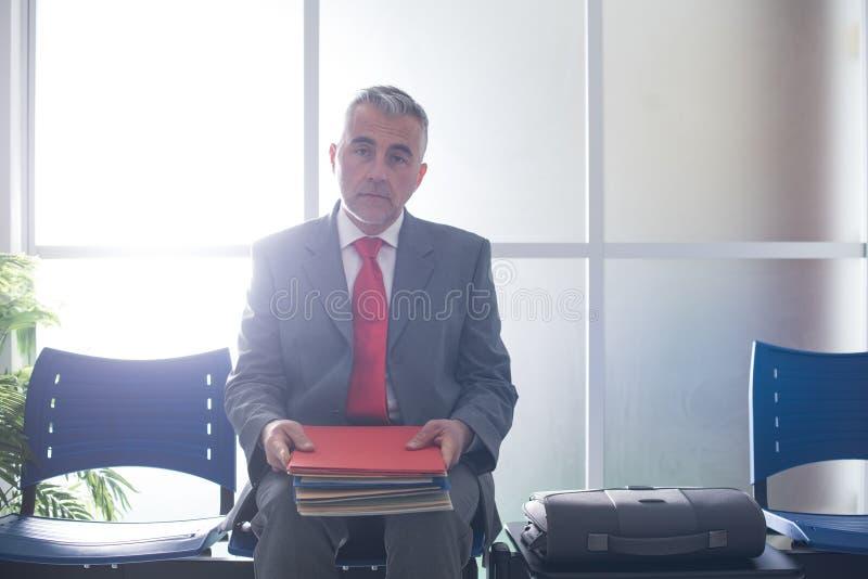 Homme d'affaires nerveux attendant une entrevue d'emploi photo stock