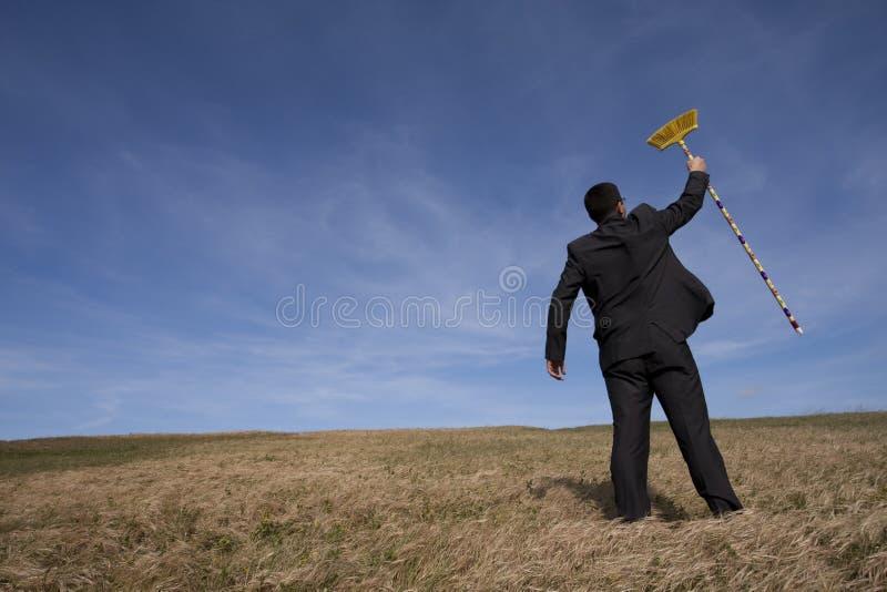 Homme d'affaires nettoyant l'environnement photos libres de droits