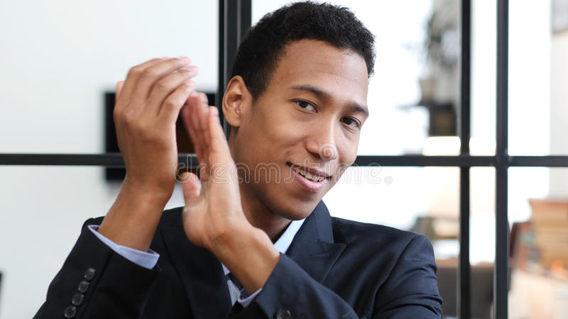 Homme d'affaires noir de applaudissement, portrait d'homme de applaudissement photos libres de droits