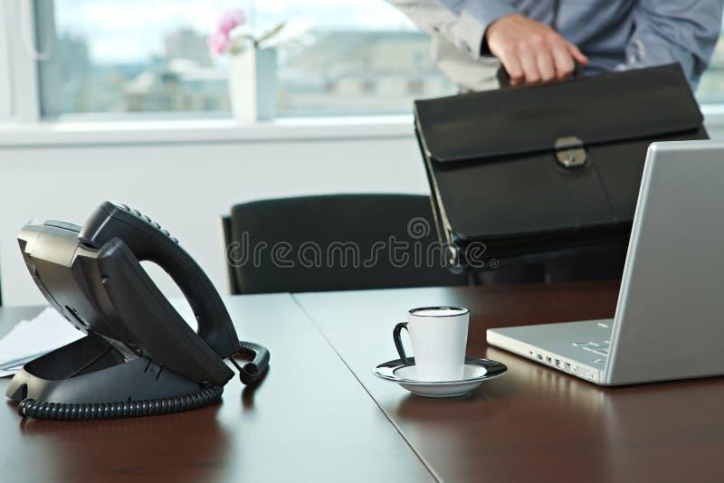 Homme d'affaires obtenant au bureau image stock