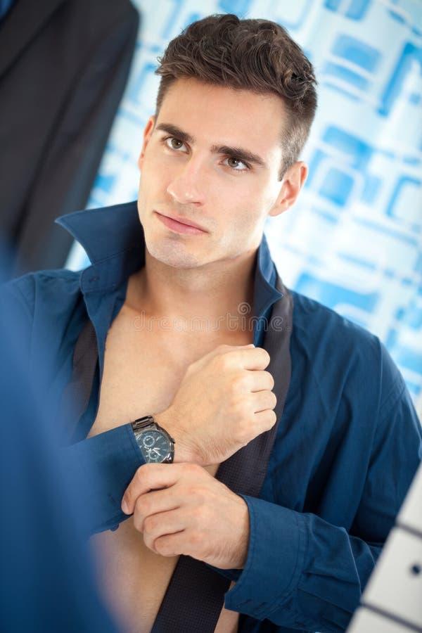 Homme d'affaires obtenant habillé dans la salle de bains photo libre de droits