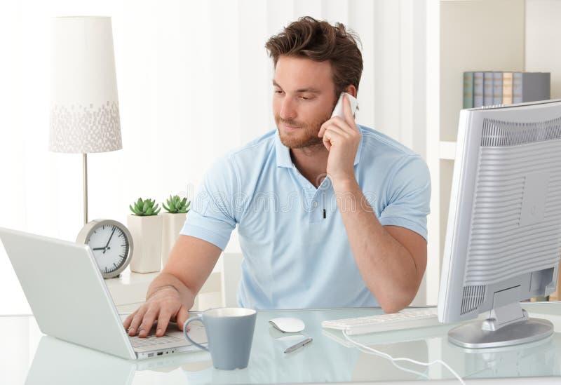 Homme d'affaires occasionnel travaillant dans le bureau photographie stock libre de droits
