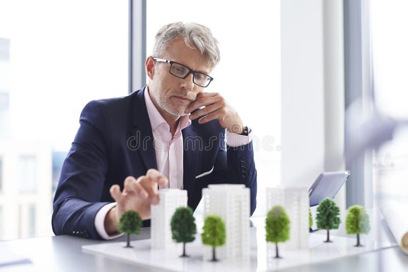Homme d'affaires occupé pensant à la nouvelle solution images stock