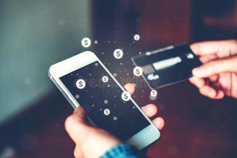 Homme d'affaires d'opérations bancaires en ligne utilisant le smartphone avec l'aileron de carte de crédit photos libres de droits