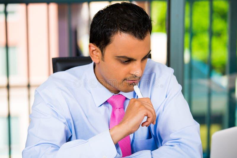 Homme d'affaires ou étudiant travaillant dur sur l'ordinateur portable et l'inscription images stock