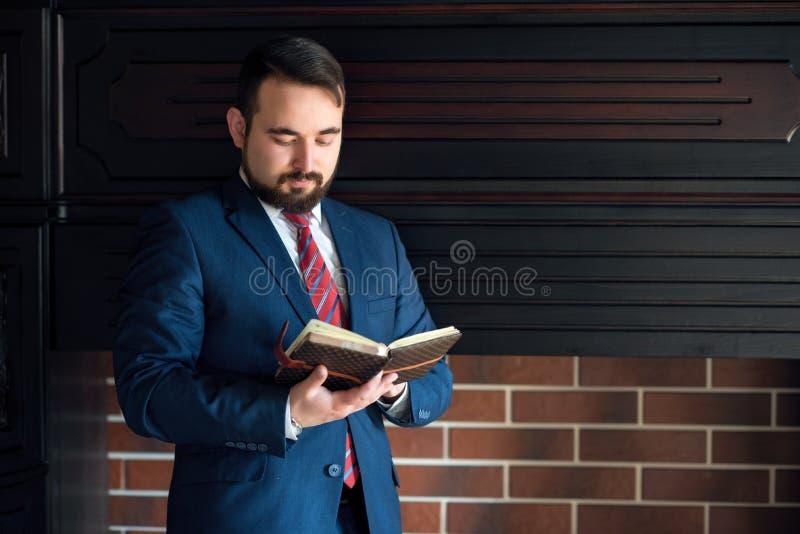Homme d'affaires ou auteur, faisant des notes dans son carnet de journal intime images libres de droits