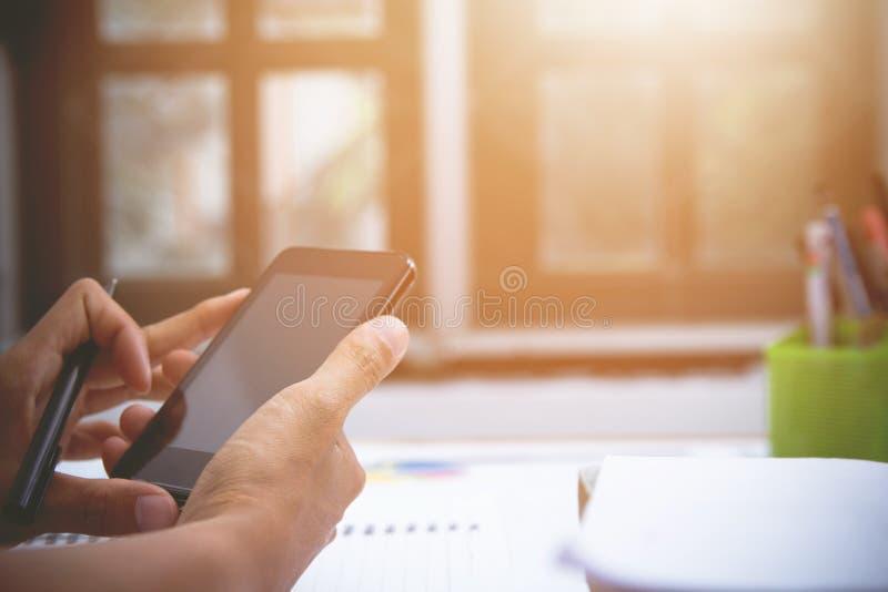 Homme d'affaires ou comptable, support de stylo, comptabilité mobile et fonctionnement de calculatrice sur la table photos libres de droits