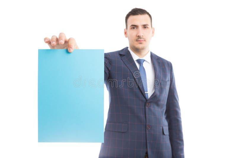 Homme d'affaires ou directeur beau tenant le papier blanc photographie stock