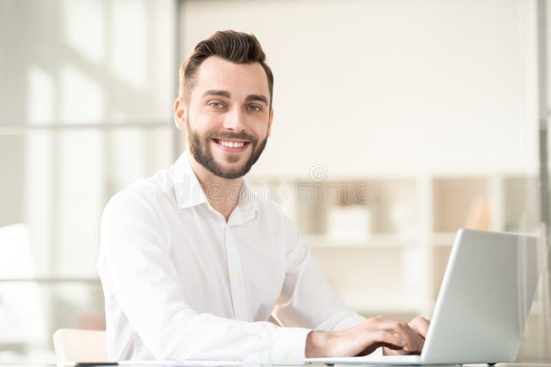 Homme d'affaires par le lieu de travail photo libre de droits